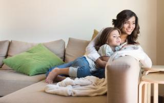 Madre e hija en casa