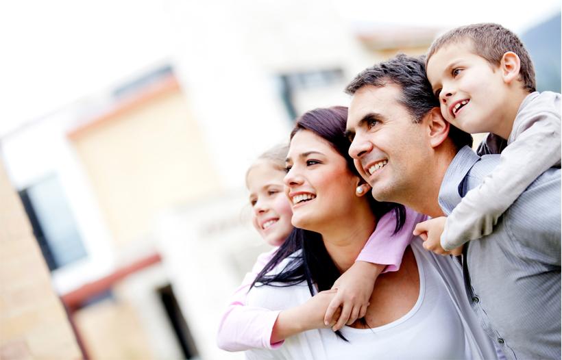Familia mirando una vivienda sostenible